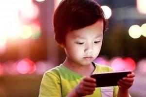 常常玩手机和不玩手机的孩子差在哪多年研究结果家长要注重
